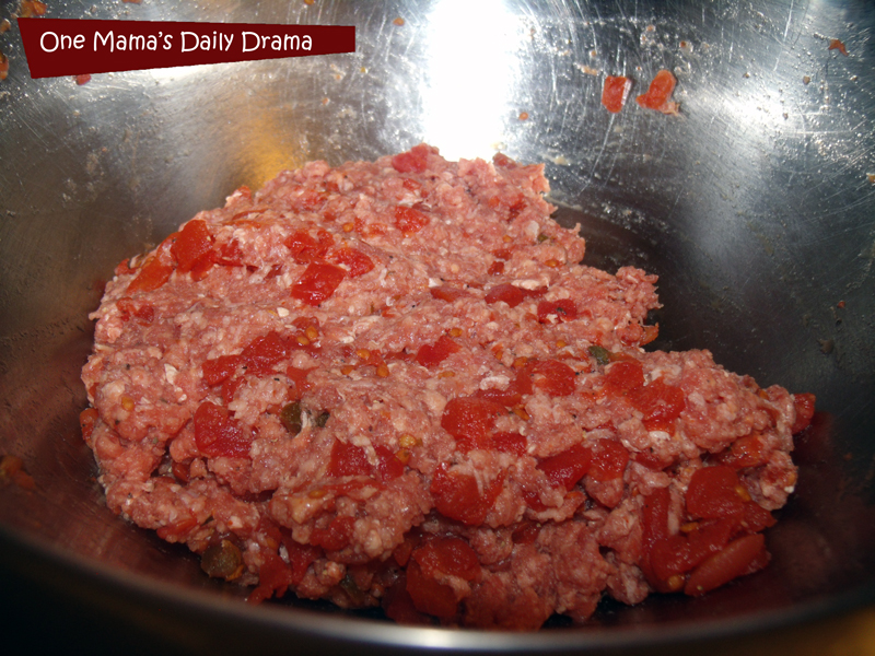 Spicy tomato burger step 1: Mix the tomatoes and beef