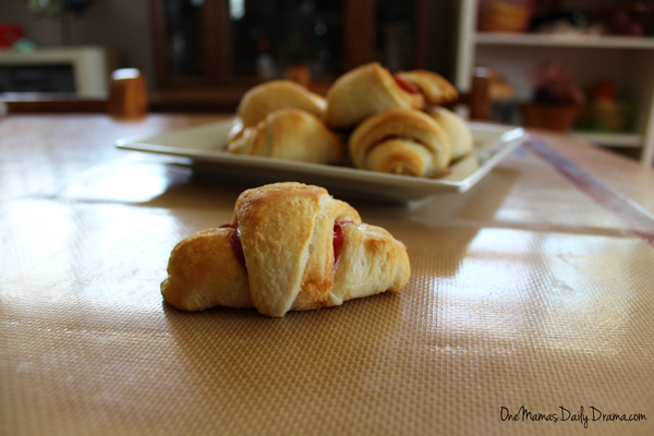 Cheesy crescent pizza bites | One Mama's Daily Drama --- This 3-ingredient recipe is a delicious snack for after school or a weekend party. It has all the hot cheesy goodness of pizza.