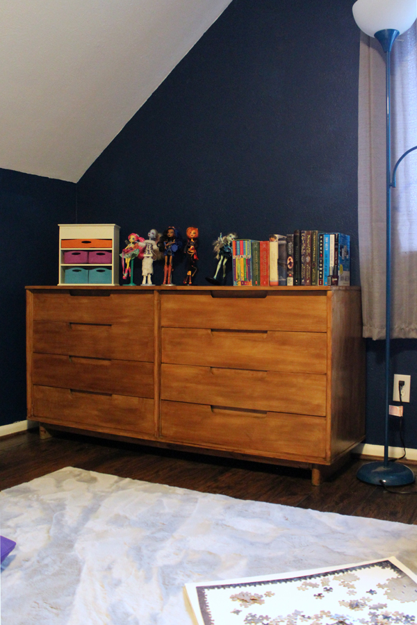 gray area rug and 8-drawer dresser